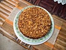 奶糖马卡达姆坚果蛋糕,温暖的奶糖蛋糕,自创蛋糕 免版税库存照片