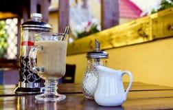 奶茶和玻璃糖罐 图库摄影