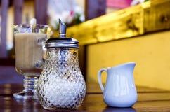 奶茶和玻璃糖罐 免版税库存照片