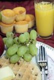 奶蛋烘饼、葡萄和汁液 免版税库存照片