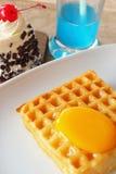 奶蛋烘饼冠上用鸡蛋和蛋糕 库存图片