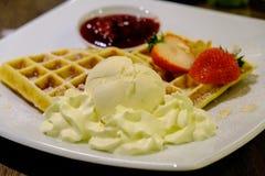 奶蛋烘饼冰淇凌vanila味道和草莓 库存图片