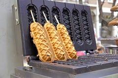 奶蛋烘饼和热狗在街道食物 免版税库存照片