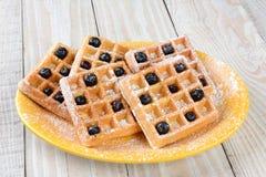 奶蛋烘饼和蓝莓板材  库存图片