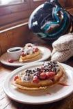 奶蛋烘饼在滑雪小屋里 库存图片