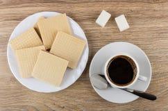 奶蛋烘饼堆在白色板材,多块的糖,无奶咖啡的 库存照片
