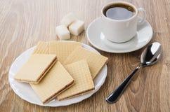 奶蛋烘饼堆在白色板材,多块的糖,无奶咖啡的 免版税库存图片