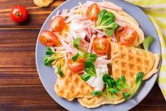 奶蛋烘饼将夹在中间用烟肉、西红柿和菜用结页草 库存照片