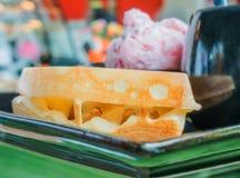 奶蛋烘饼服务与冰淇凌、黄油和咖啡,为b设置的食物 库存图片