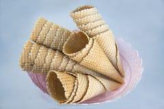 奶蛋烘饼杯子圆锥形浅褐色在白色背景的一块被仿造的板材 免版税库存照片