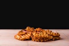 奶蛋烘饼油炸物冠上用葱和牛肉 免版税库存图片