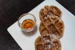 奶蛋烘饼涂黄油用蜂蜜糖浆 免版税图库摄影