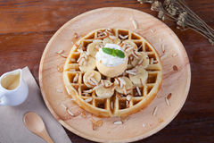奶蛋烘饼用在上面的香蕉和冰淇凌香草有鞭子奶油 库存图片