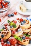 奶蛋烘饼用在桌上的新鲜的莓果 库存图片