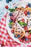 奶蛋烘饼用在桌上的新鲜的莓果 库存照片