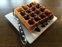 奶蛋烘饼用巧克力糖浆 免版税库存图片