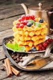 奶蛋烘饼用新鲜的莓果和咖啡 免版税图库摄影
