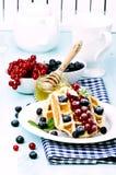奶蛋烘饼用新鲜的莓果 库存图片