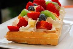 奶蛋烘饼用果子和打好的奶油 免版税库存图片