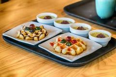 奶蛋烘饼用果子和枫蜜在一个大理石柜台 免版税库存图片
