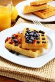 奶蛋烘饼用浆果 免版税图库摄影