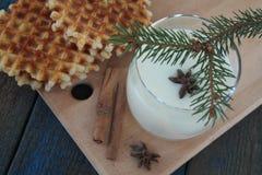 奶蛋烘饼用牛奶,桂香,在蓝色木背景的茴香 免版税图库摄影