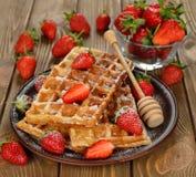 奶蛋烘饼用草莓 免版税库存照片