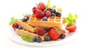 奶蛋烘饼用莓果 库存图片