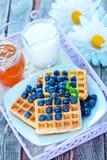 奶蛋烘饼用蓝莓 免版税库存照片