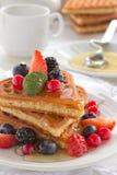 奶蛋烘饼用蜂蜜。 库存照片
