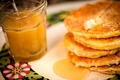 奶蛋烘饼用蜂蜜糖浆 库存图片