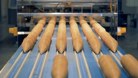 奶蛋烘饼锥体平行的线得到沿传送带推挤了 影视素材