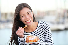 奶蛋烘饼-吃奶蛋烘饼的妇女愉快 免版税图库摄影