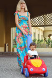 她一点母亲儿子走 图库摄影