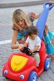 她一点母亲儿子走 免版税库存图片