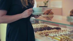 她买家选择美味 年轻可爱的女孩、妇女购买在咖啡店或酥皮点心,蛋糕,蛋糕,蛋白杏仁饼干 A 股票录像