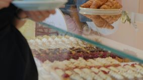 她买家选择美味 年轻可爱的女孩、妇女购买在咖啡店或酥皮点心,蛋糕,蛋糕,蛋白杏仁饼干 A 股票视频