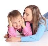 她亲吻的母亲儿子 库存图片