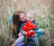 她亲吻的母亲儿子 免版税库存照片