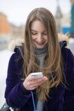 她使用在街道上的电话 免版税库存照片