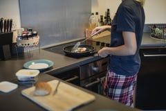 她做一个蛋三明治早餐的` s 免版税图库摄影