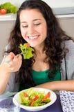 她吃健康并且愉快和美丽 库存照片
