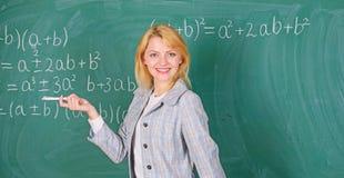 她喜欢她的工作 r 预期老师必须考虑的工作条件 r 免版税库存照片