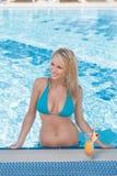 她喜爱游泳。晒日光浴美丽的少妇,当立场时 图库摄影
