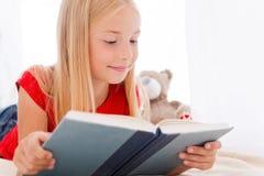 读她喜爱的书 免版税库存图片