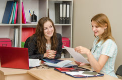 她在与专家人力资源的一次工作面试读您的履历 免版税库存照片