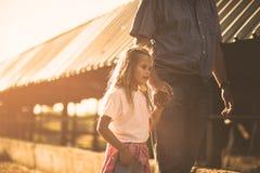 她在农场爱几天 免版税库存图片