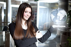 她在她的手上拿着世界 免版税库存照片