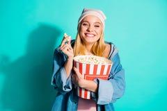 她好的迷人的逗人喜爱的有吸引力的可爱的爽快滑稽的女孩藏品在拥抱大大玉米的手上看见的画象她 免版税库存图片