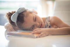 她对读书是疲乏 库存照片